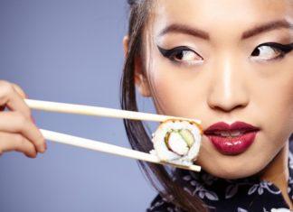 sushi lam tu com chua nhieu tinh bot